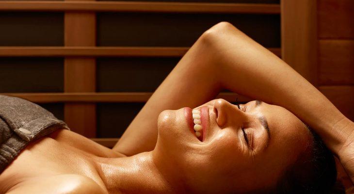 Foto van genietende vrouw in sauna